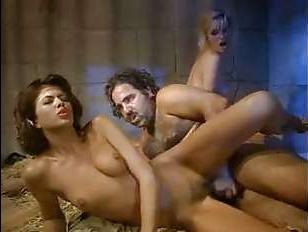 Арабы жестко примели молодых телок большими членами: винтажный секс