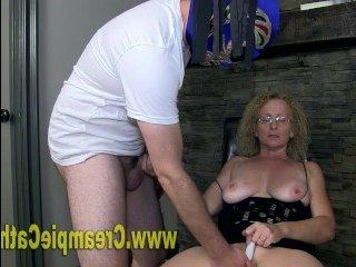 Групповое ретро порно онлайн с рыжей телкой, которую трахают втроем