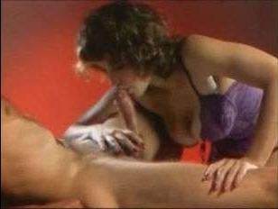 Очаровательные телочки жадно глотают большие члены: винтажное порно