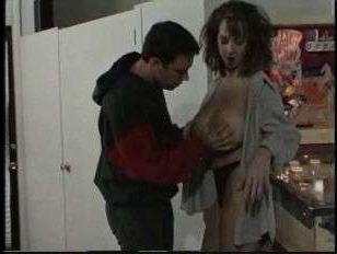 Разносчик пиццы жестко трахнул сисястую клиентку: секс ретро мамочки