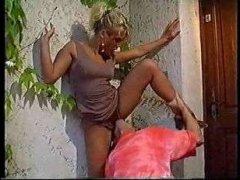 блондинка получила куни и секс от ухажера у двери дома после свидания