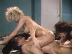 Ретро порно блондинки и ее подруги брюнетки с возбужденным парнем