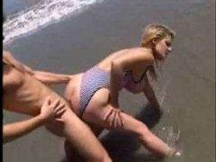 Ретро порно женщин, которые обожают заниматься аналом на пляже