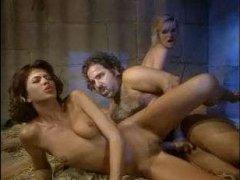 Ретро порно сосущих зрелых дамочек, которые любят трахаться со всеми подряд
