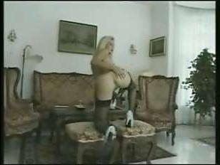 Винтажное групповое порно: два жеребца вдвоем трахнули замужнюю блондинку