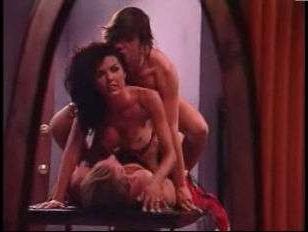 Винтажный групповой секс: ненасытную брюнетку насадили на две члена