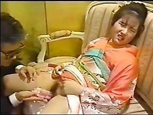 Азиатское ретро порно: япошка кончает от крутого вагинала