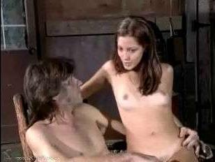Бесплатное порно видео винтаж: молодая телка пришла в гараж к своему парню на еблю