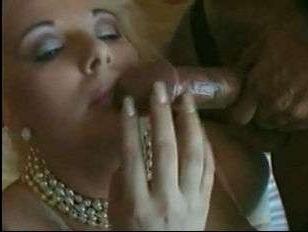 Блондинка засветила в винтаже большие сиськи: видео секса самки с двумя мужиками