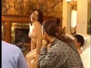 Дойки ретро-красотки трясутся в такт во время ебли на диване