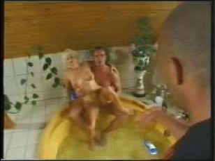 Мега ретро порно: женщина и двое мужчин занимаются еблей