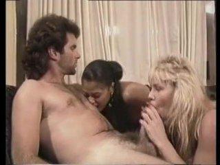 Молодежное ретро порно: парочка поигралась с самотыком и трахнулась на лестнице