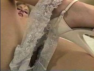 дрочка вагины в кружевных трусах довела блондинку до оргазма
