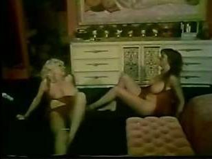 ебет молодую грудастую девицу толстый актер, после она попадает на оргию
