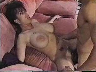 Порно винтаж: брюнетка страстно ебется со своим парнем