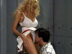 Порно винтаж: милф с большими сиськами можно потрахать и в раздевалке