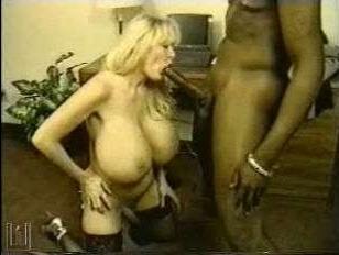 Порно винтаж: с негром зрелая блондинка узнала, что такое большой член