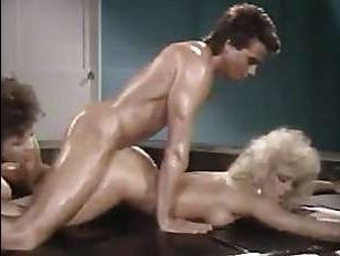 Ретро порно втроем: мужик всадил большой хуй двум фигуристым сучкам