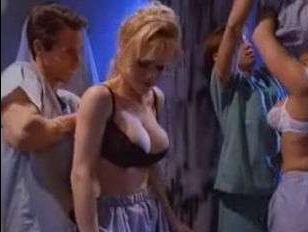 Ретро секс 80-х: два интерна устроили групповуху с медсестрами в больнице