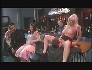 Ретро секс с сюжетом в баре с красивой блондинкой