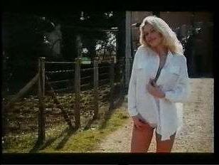 сцена, в которой блонди принимает член в попу и во влагалище