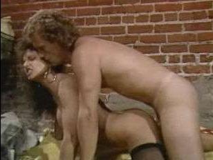 Смотреть ретро порно видео: женщина и мужчина кушают, а затем трахаются