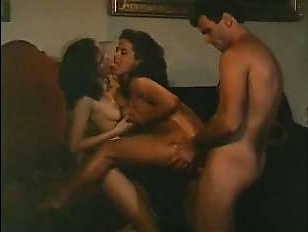 Смотреть винтажное групповое порно с двумя сосущими брюнетками и довольным парнем
