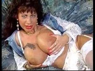 Смотреть винтажное порно: большие сиськи возбудили бабу и она начала мастурбировать дырки