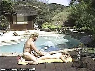 Старое ретро порно видео: зрелые ебутся возле бассейна