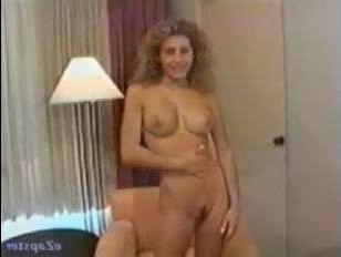 Страстно мастурбирует пизду на диване девушка: ретро эротика