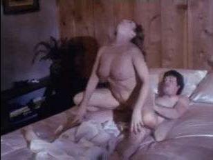 Видео про секс-ретро с мужчиной и женщиной дома