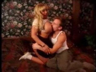 Винтаж порно онлайн: зрелая блондинка показала мужику огромные сиськи и спровоцировала его на еблю