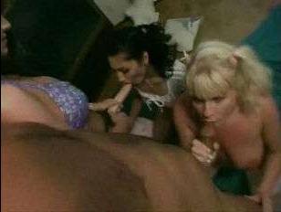 Винтажное групповое порно видео: две подружки выебаны парнем, а третья поработала страпоном