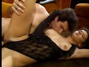 Винтажное молодежное порно: красотку трахнули, не снимая с нее откровенного белья