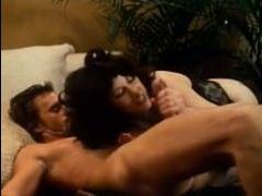 Возбуждающее ретро порно: мужик и женщина выпивают, а потом трахаются