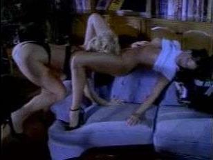 Бурный секс ретро лесбиянок на мягком диване закончился страстным оргазмом