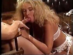 Медсестра вылечила сексом молодого очкарика - ретро порно шоу