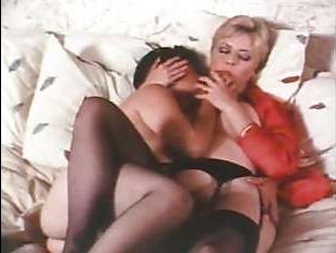 Оператор снял на видео домашний секс лесбиянок в винтажном стиле