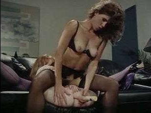 лесби занимаются сексом в офисе и бурно кончают