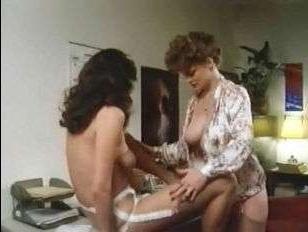 Порно винтаж: лесбиянки лижут волосатые киски после занятий