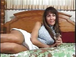 Ретро мама трахается в зрелую вагину, а потом слизывает сперму с члена