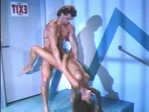 Секс порно: ретро красотка отдалась ненасытному парню в пизду
