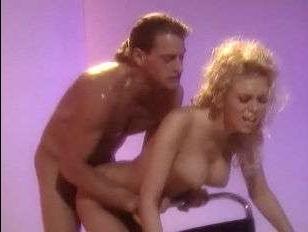 Старинный ретро секс: грудастая блонда ебётся в комнате для фотосессии
