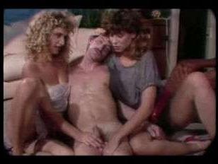 Супер порно винтаж: сестра мастурбирует, пока ее брат ебет подругу