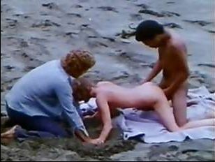 Порно фильм ретро группового секса на природе