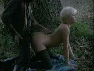 Шикарная блондинка с огромными сиськами трахается в лесу: винтаж