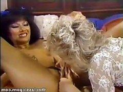 лесби трутся кисками и ласкают язычком волосатые вагины