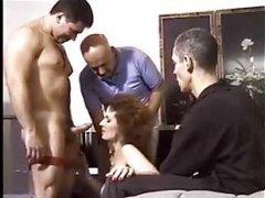Порно винтаж 60-х: групповой секс со зрелой женщиной