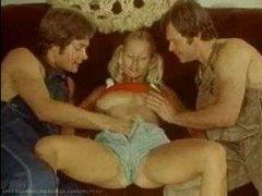 Ретро порно фильм: блондинка и работники мужа