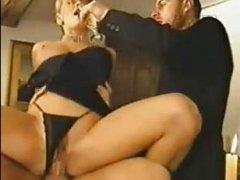 Ретро порно мжм. Два мужика трахают красивую телку